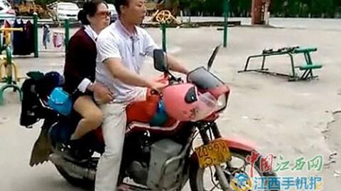 Non vede, ma guida la moto