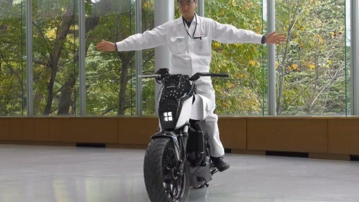 Honda Riding Assist, prove di guida autonoma per moto