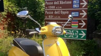 Da costa a costa con la Vespa Sprint (gialla) per un… autografo
