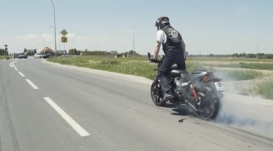 Record di burnout con una Harley Street Rod | VIDEO