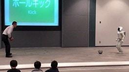 Honda ASIMO prova a far goal - VIDEO