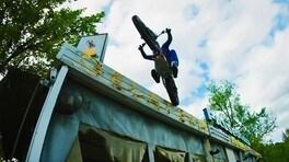 Trial estremo al parco giochi abbandonato - VIDEO