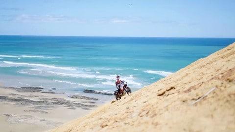 La KTM 1090 Adventure R si scatena in paradiso