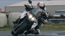 Nuova KTM 1290 Super Duke GT, fuoco e fiamme | VIDEO
