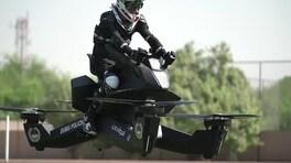 La polizia di Dubai vola in moto | video