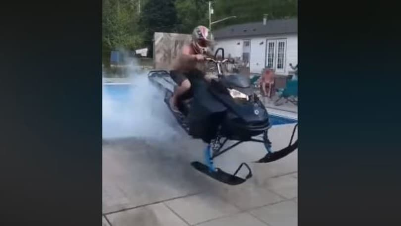 Incidente, motoslitta si ribalta… in piscina VIDEO