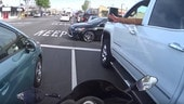 Motociclista salvato dal gesto di un automobilista - IL VIDEO