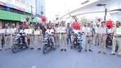 Poliziotti fermano motociclisti con casco