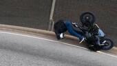 Cappotta con la moto in tangenziale: caduta choc ma ne esce illeso
