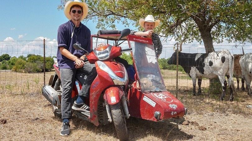 Girano il mondo con un Honda SH300i e un sidecar: è Guinness dei Primati!