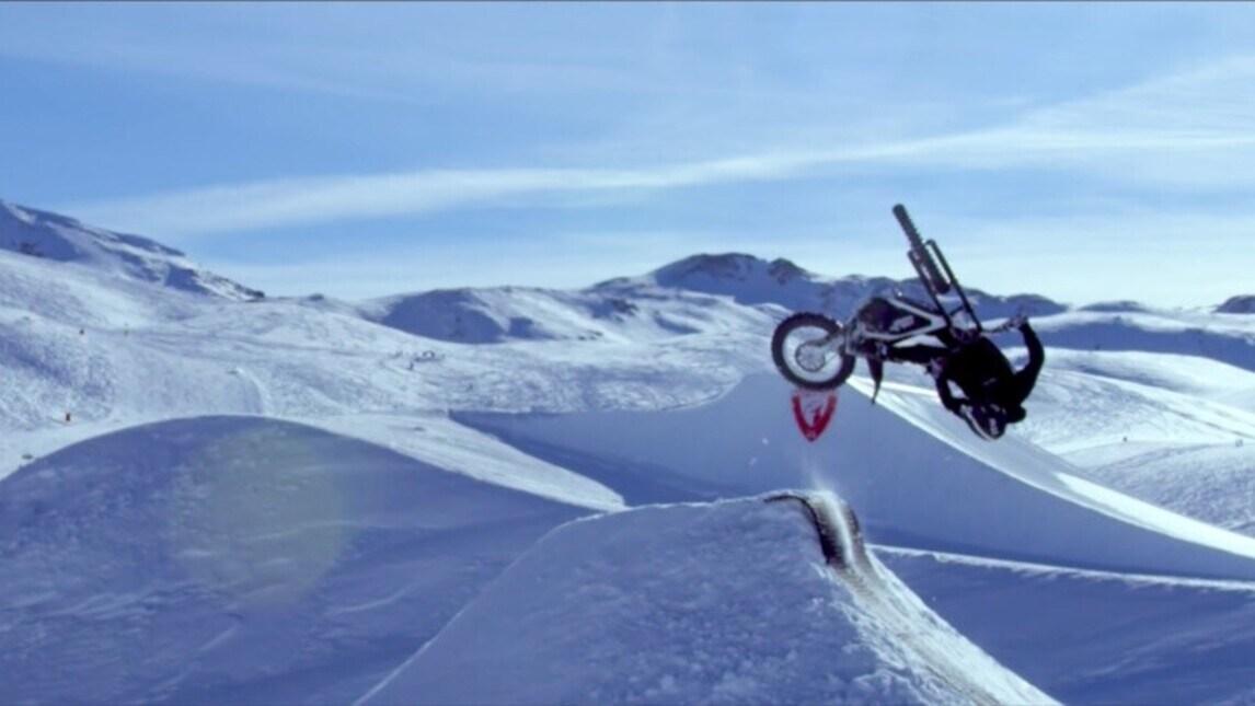 Moto elettrica sulla neve: spettacolare freestyle di Kenny Thomas in Val d'Isère
