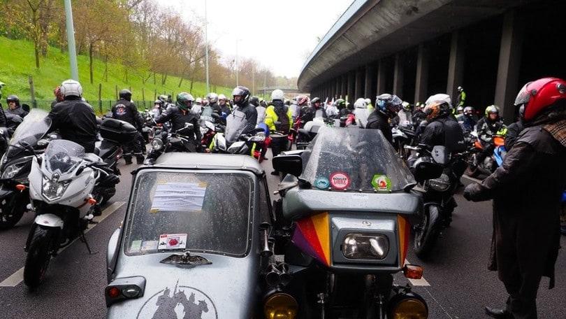 Francia, motociclisti in piazza contro la revisione: non migliora la sicurezza