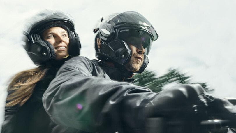 Scorpion EXO Tech Carbon: apribile Flip-Back dall'animo supersportivo
