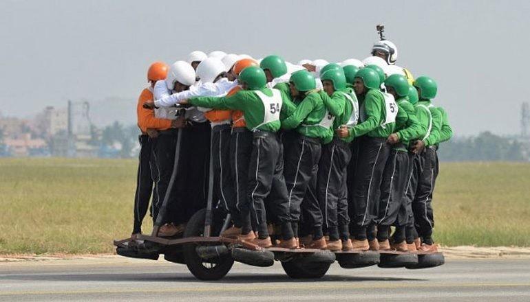 Record: salgono in 58 su una sola moto [VIDEO]